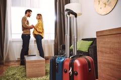 honeymoon Соедините удержание рук в арендной квартире стоковое изображение