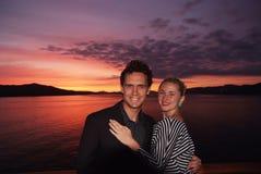 honeymoon Ich miłość jest dużym oceanem wtedy Szczęśliwa rodzinna para na dramatycznym niebie nad morzem w Bergen, Norwegia mężcz zdjęcia stock