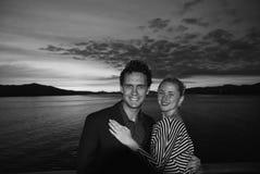 honeymoon Ich miłość jest dużym oceanem wtedy Szczęśliwa rodzinna para na dramatycznym niebie nad morzem w Bergen, Norwegia mężcz obrazy royalty free