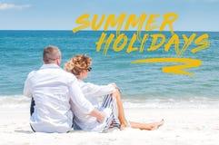 honeymoon Pares felices que se sientan en la playa tropical imagenes de archivo