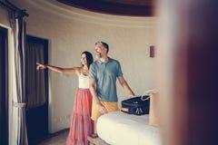 Honeymooners sprawdza wewnątrz pokój hotelowy obrazy royalty free