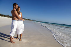 Honeymooners sulla spiaggia idillica Immagine Stock