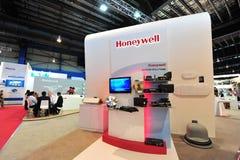 Honeywell bås som ställer ut produkter för satellit- kommunikation på Singapore Airshow Royaltyfri Fotografi