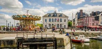 Honfleur, città della Normandia in Francia Hotel della città e del carosello Immagini Stock Libere da Diritti
