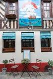 Honfleur Normandía 5 de mayo de 2013: Restaurante típico en la ciudad pintoresca del puerto de Honfleur imagen de archivo