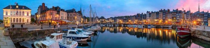 Honfleur Normandie am 5. Mai 2013: Panoramablick an der Dämmerung des b lizenzfreies stockfoto