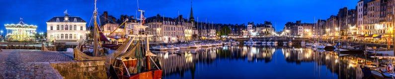 Honfleur Normandie am 5. Mai 2013: Panoramablick an der Dämmerung des b lizenzfreie stockfotos