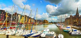 Honfleur-Skylinehafen, -boote und -wasser Normandie, Frankreich Stockfotos