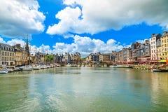 Honfleur-Skylinehafen und -wasser. Normandie, Frankreich Lizenzfreies Stockfoto