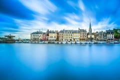 Honfleur-Skylinehafen- und -wasserreflexion. Normandie, Frankreich Stockfoto