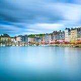 Honfleur-Skylinehafen- und -wasserreflexion. Normandie, Frankreich Lizenzfreie Stockfotos
