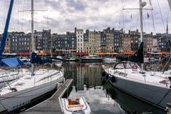 Honfleur Vieux Bassin, Normandie Frankrike - Juli 21st, 2016 royaltyfri fotografi