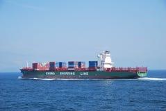 Hong Kong, 21 maggio 2010 - enteri dell'imbarcazione di contenitore Fotografia Stock Libera da Diritti