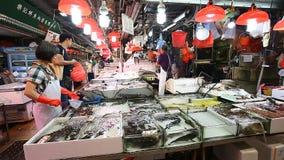 HONG KONG, HONG KONG - ABRIL 10,2017: Mercado de pescados auténtico en Kowloon, Hong Kong En el crudo fresco del mercado de los m metrajes