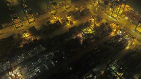 Hong Kong Aerial v6 die laag over grote scheepswerfterminal bij nacht vliegen stock videobeelden