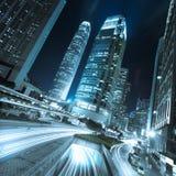 Hong Kong affärsområde på natten med ljusa slingor arkivfoto