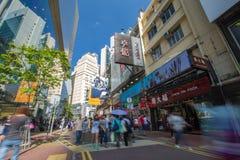 Hong Kong aglomerou a opinião da rua no distrito da compra Fotografia de Stock Royalty Free