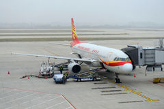 Hong Kong Airlines Airbus 320 no aeroporto de Nanjing Fotos de Stock Royalty Free