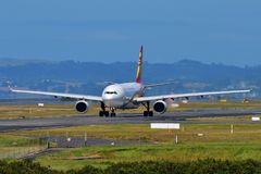 Hong Kong Airlines Airbus A330 som åker taxi på Auckland den internationella flygplatsen Royaltyfri Bild