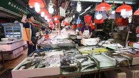 HONG KONG, HONG KONG - APRIL 10.2017: Authentieke vissenmarkt in Kowloon, Hong Kong In verse ruw van de zeevruchtenmarkt stock videobeelden