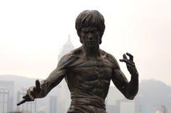 Het Standbeeld van Bruce Lee in Weg van Sterren in Hong Kong Stock Afbeelding