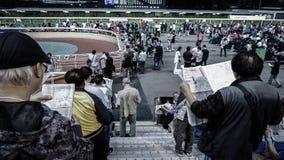 Hong Kong - April 2016: Hong Kong, Menigte en mensen die FO verzamelen Stock Foto