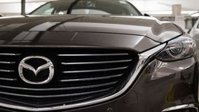Hong Kong, Hong Kong - 25. April 2018: Nahaufnahme des Mazda-Logoausweises und Auto grillen auf graue Luxussportlimousinen Mazdas stockfotos