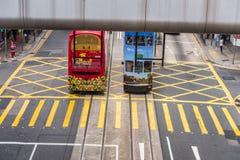 Hong Kong - 7 aprile 2015: Due tram dell'autobus a due piani Fotografia Stock Libera da Diritti