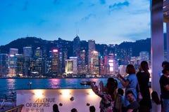 Hong Kong - 7. August 2018: Touristen, welche die Ansicht von Hong K genießen stockfotos