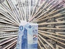 Hong Kong-bankbiljet van twintig dollars en achtergrond met Amerikaanse dollarsrekeningen
