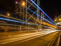 Hong Kong Business District la nuit avec la voie légère Photographie stock libre de droits