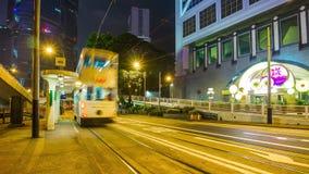 Hong-Kong centra China ligera del lapso de tiempo del panorama 4k de la estación del tráfico de la tranvía de la noche almacen de video