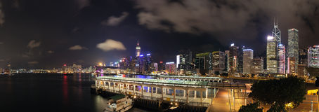 Hong Kong Central Ferry Pier am Nachtpanorama Stockfoto