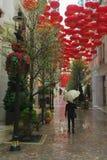 Hong Kong, China - abril de 2016: Caminando solamente en la lluvia en Lee Tung Ave, Hong Kong Imagenes de archivo