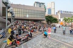 HONG KONG, CHINA - 13. APRIL: Gedrängte Straßenansicht am 13. April 2013 Lizenzfreie Stockfotos