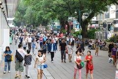 HONG KONG, CHINA - 13. APRIL: Gedrängte Straßenansicht am 13. April 2013 Lizenzfreies Stockbild