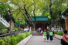 HONG KONG, China - APRIL 2018: gelegentliche Besucher von Wong Tai Sin Temple in Hong Kong stockbild