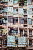 HONG KONG CHINA/ASIA - FEBRUARI 29: Gammalt flerfamiljshus i Hong royaltyfria foton