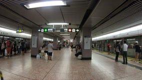 Hong Kong, China - 15. August 2018: U-Bahnbahnstation Innen-timelapse in Hong Kong stock video footage