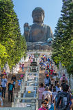 Hong Kong, China - circa September 2015: Mensen die treden beklimmen aan Tian Tan Big Buddha in Po Lin Monastery op Lantau-Eiland Stock Foto's