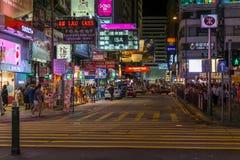 Hong Kong, China - circa septiembre de 2015: Calles de Hong Kong con los peatones, las luces y las señales de neón en la noche Fotos de archivo