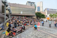 HONG KONG, CHINA - 13 DE ABRIL: Opinión apretada de la calle el 13 de abril de 2013 Fotos de archivo libres de regalías