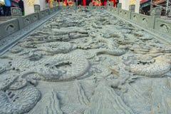HONG KONG, CHINA - 22 DE ENERO DE 2017: Arte en piedra en la tierra cerca de la entrada de Wong Tai Sin Buddhist Temple a Imagenes de archivo