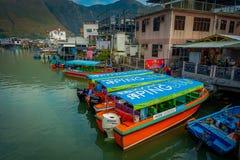 HONG KONG, CHINA - 26 DE ENERO DE 2017: Barcas en el río sucio del pueblo viejo Tai O de los pescadores con el oin rústico de las Foto de archivo libre de regalías