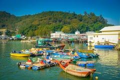 HONG KONG, CHINA - 26 DE ENERO DE 2017: Barcas en el río sucio del pueblo viejo Tai O de los pescadores con las casas rústicas, e Fotos de archivo libres de regalías