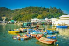 HONG KONG, CHINA - 26 DE ENERO DE 2017: Barcas en el río sucio del pueblo viejo Tai O de los pescadores con las casas rústicas, e Fotografía de archivo libre de regalías