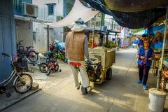 HONG KONG, CHINA - 26 DE ENERO DE 2017: Gente no identificada que camina dentro del mercado en el pueblo viejo Tai O de los pesca Fotografía de archivo