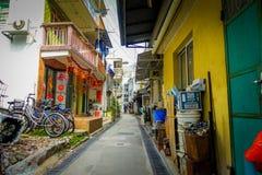 HONG KONG, CHINA - 26 DE ENERO DE 2017: Gente no identificada que camina en la acera en el pueblo viejo Tai O de los pescadores c Imagen de archivo libre de regalías