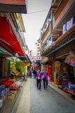 HONG KONG, CHINA - 26 DE ENERO DE 2017: Gente no identificada que camina en la acera en el pueblo viejo Tai O de los pescadores c Imagen de archivo