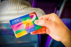 HONG KONG, CHINA - 26 DE JANEIRO DE 2017: Hnad que guarda um cartão do pagamento do polvo do transporte em Hong Kong, China fotos de stock
